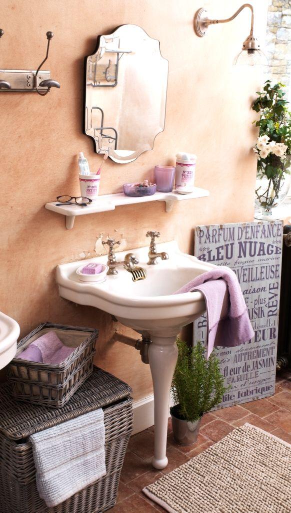 Accessoire de salle de bain Numéro 328 : un ensemble classique en porcelaine décoré d'une typographie ancienne et d'une frise couleur framboise au fini poudré