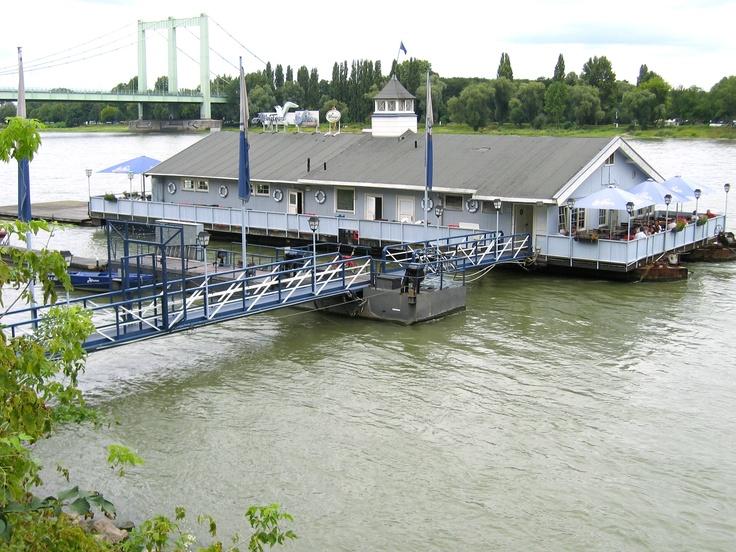 Festes Restaurant-Schiff auf dem Rhein in Köln.