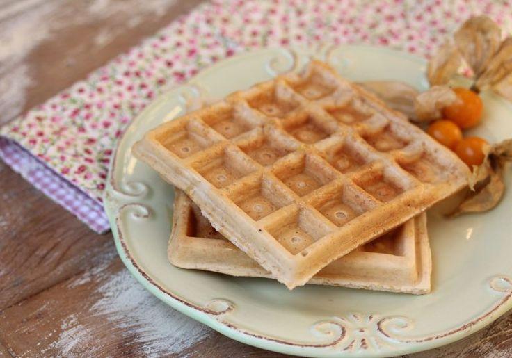 waffle de tapioca 1 xíc goma para tapioca;  2 col farinha de linhaça dourada; 1 col fermento químico; 1 ovo sal a gosto 1/2 xíc leite de amêndoas 1 col de mel. Misture todos os secos e reserve. Ponha ovo, leite de amêndoas e mel. Junte aos secos e misture c/ um fouet. Unte a máquina de waffle com um pouco óleo de coco e espere até ficar bem aquecida. Coloque uma concha da massa na máquina, com cuidado para que não transborde. Feche e deixe assar até ficar bem crocante.