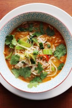 Een kom vol met Thaise smaken! Heerlijk pittige soep met kokosmelk, sojasaus, koriander en Original Spices Thai Red Curry.