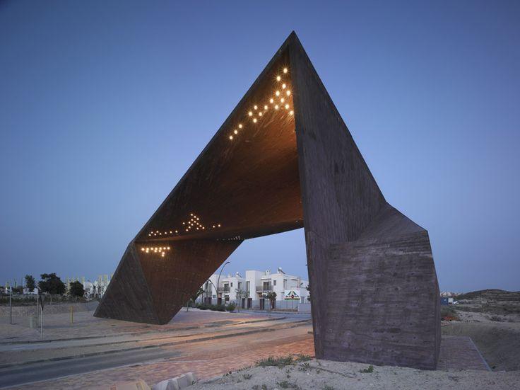 "Clavel Arquitectos/Main entrance gate of the urbanization ""Tierra Cálida"", Murcia"