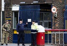 23-May-2013 15:48 - DIENSTEN KENDEN DADERS LONDEN. De twee mannen die gisteren in de Londense wijk Woolwich een militair vermoordden, waren bekend bij de Britse inlichtingendiensten. Dat melden media op basis van bronnen binnen de regering. De verdachten zijn de afgelopen jaren in een aantal onderzoeken van de veiligheidsdiensten naar voren gekomen, zeggen de bronnen. De inschatting was echter dat ze geen plannen hadden voor het plegen van aanslagen. Ook zou een van de mannen vorig jaar...