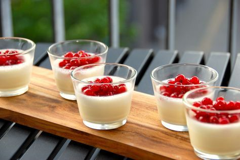 Vaniljebudding er en virkelig fremragende dessert, der her er anrettet med råsyltede ribs. Foto: Guffeliguf.dk.