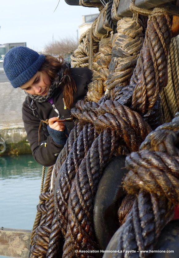 Les cordages en chanvre de manille sont enduits de goudron naturel afin de les préserver. Cette opération est répétée régulièrement sur les kilomètres de cordages constituant le gréement dormant.