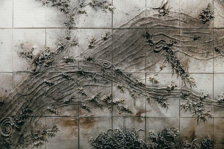 Cai Guo-Qiang - Winter - buskruit op kwetsbare witte, Chinees porseleinen tegels, met gedetailleerd reliëf. detail