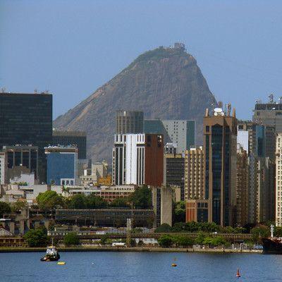 """Какая большая река протекает через Рио-де-Жанейро (""""РИО"""" означает """"река"""") никакая! Португальцы были первыми европейцами, которые добрались к бухте Гуанабара 1 января 1502 года. Ошибочно они приняли ее за устье большой реки, которую они назвали """"Рио-де-Жанейро"""" (""""январская река""""). Позже было установлено, что предполагаемая река фактически оказалась бухтой - но название осталось прежним."""