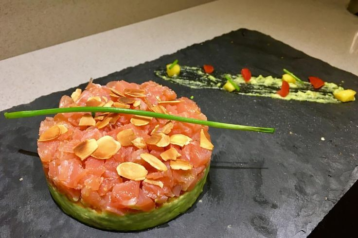 """""""Mi piace"""": 1,990, commenti: 18 - Vicky (@vicky__1963) su Instagram: """"Tartare di salmone fresco su crema di avocado e mandorle tostate """" Ricetta per 2: 300 gr di filetto…"""""""