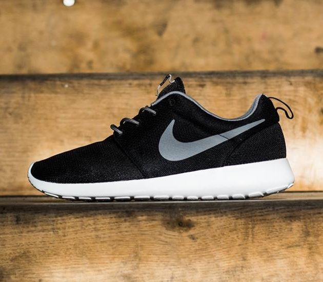 QKDPB Nike Nike Womens Roshe Run Trainers (Black/White/Metallic Silver