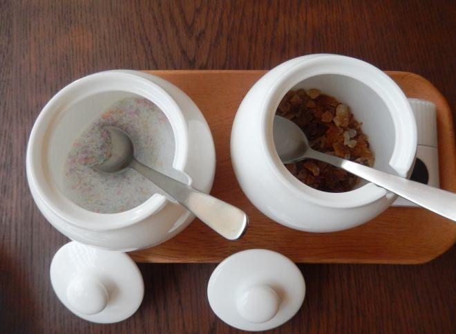 カラーシュガー(左)とコーヒーシュガー(右)