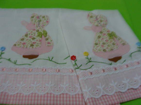 Babinha  Ursinha Confeccionada  em fralda  tecido duplo Bordada em patch apliquê Acabamento  bico inglês e passafita Barra tecido de algodão R$ 28,00