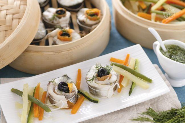 Il branzino al vapore con verdure è un secondo piatto raffinato e molto delicato, condito con una profumata salsa al basilico e cipollotto.