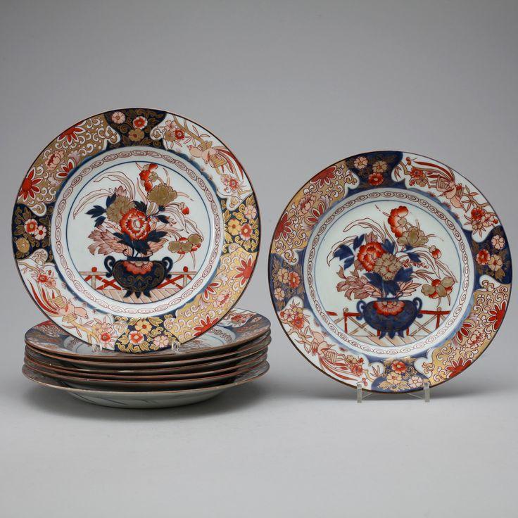 TALLRIKAR Porslin, 8 st, Japan, Imari. Edo perioden (1615-1867). Dekor i form av blomsterarrangemang. Daimeter ca 23,5 cm.