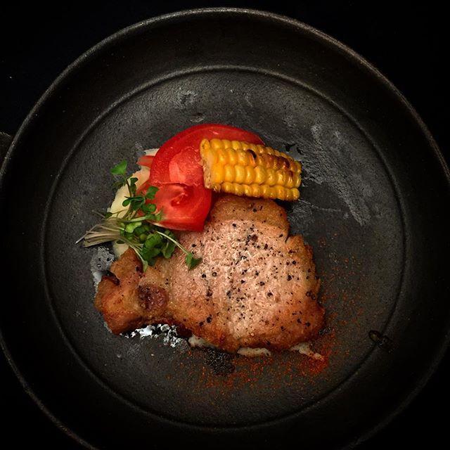 豚のロースト 下にマッシュポテトも添えました😎今回はシンプルに塩こしょうだけです。肉は焼く30分前に冷蔵庫から出して常温に戻したら焼きムラもなく綺麗に焼けます😋塩こしょうは焼く直前に! Roasted pork.  #うつわ#器#和食器#和食#料理#つまみ#肴#和風#夕食#洋食#イタリアン#肉#肉料理 #豚肉#旬#ご飯 #foodie #foodporn #cooking #food