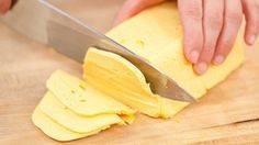 Домашний твердый сыр намного лучше магазинного! Приготовить домашний твердый сыр не так уж и сложно. Такой сыр можно смело давать малышу, ведь в нем не будет никаких ароматических добавок и красителей. Ингредиенты: - 500 грамм жирного творога (не менее 9%) зернистого - 500 мл молока (че