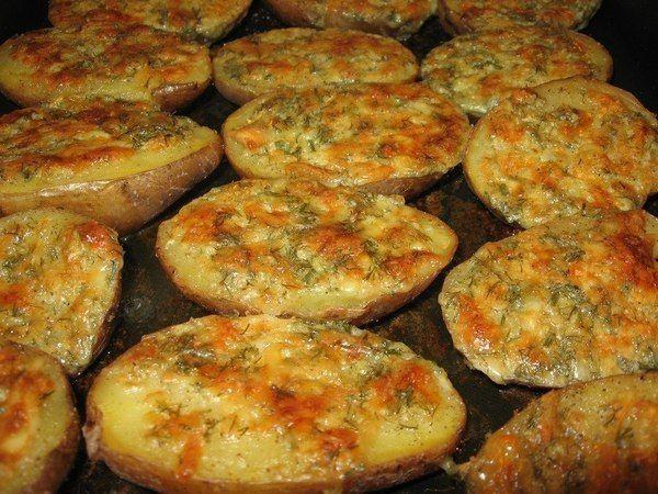 Как делать: Отварить картофель в мундире, Пока он варится, приготовить чесночное масло. Смешать 100 грамм мягкого сливочного масла, 5 ст...