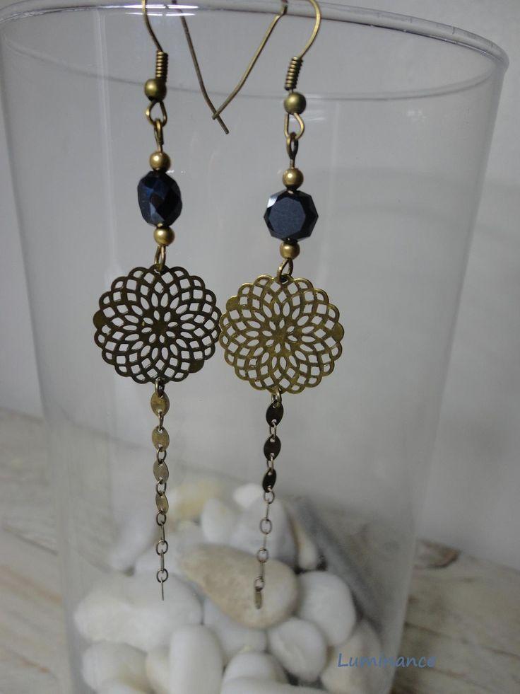 Boucles d'oreilles noires : jolie perle noire ,breloque filigranée métal bronze : Boucles d'oreille par luminance