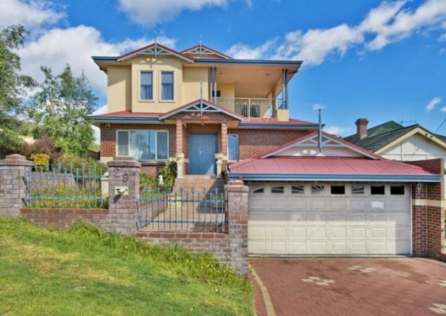 This elegant and stylish three level, 5 bedroom, 3 bathroom home is within easy walking distance of the Albany CBD and has beautiful views towards King George Sound and Emu Point.