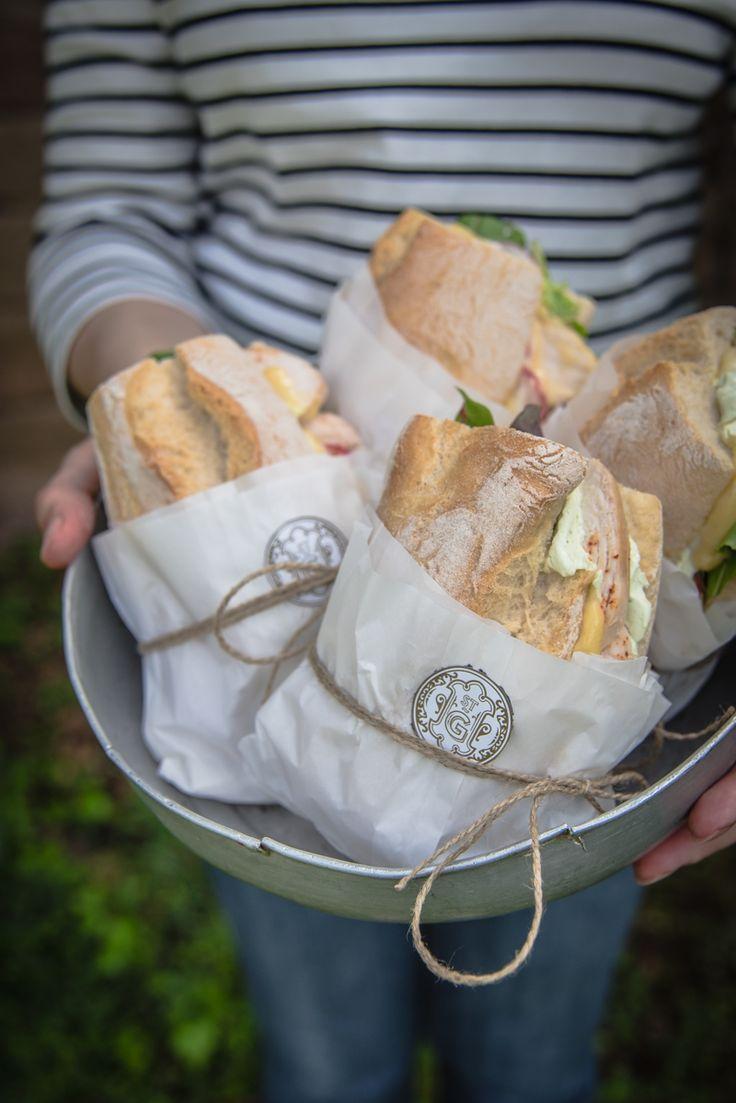picknick sandwiches mit kräutercreme, gebratener hühnchenbrust, dijonsenf mayo und radieschen by trickytine