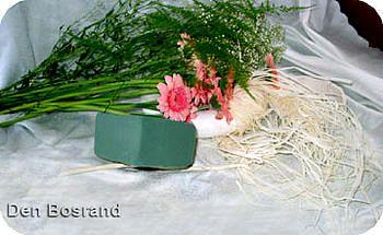 Moederdag bloemstuk zelf maken met gerbera's en raffia als leuk geschenk voor moeder