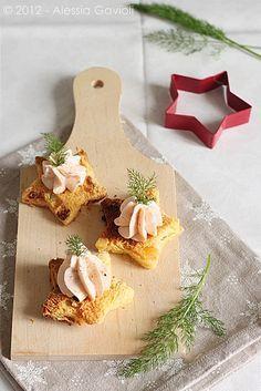 Lachsmousse auf sternförmigem, geröstetem Brot als Vorspeise für ein weihnachtliches Festmahl