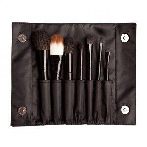 De handige Sleek MakeUP Brush set is gemaakt van synthetische fibers en bevat 7 kwasten om een perfecte make-up aan te brengen. Zowel geschikt voor een eenvoudige als volledige make-up. Verpakt in mooi etui dus ook handig om ze kwasten in te bewaren of mee te nemen.