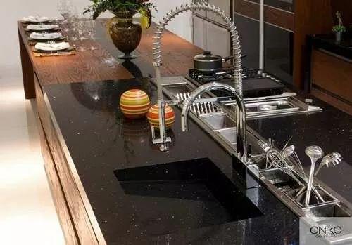 cubiertas y placas de cuarzo negro (cocinas, barras, baño)
