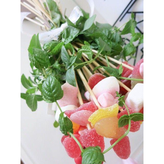 """Godisbukett  Ni som hängt här ett tag har hunnit se den ett par år nu men jag tröttnar aldrig. Så mkt roligare och väldigt enkelt. Trä godis på spett och knyt ihop. Klä sedan spetten med tex mynta eller citronmeliss och dekorera med att knyta en rosett runt. Man kan också skapa """"bladen/det gröna"""" med silkespapper och slutligen slå in i cellofan  #candy #candyflower #godisbukett #ellesklingendiy #diy #hemmakväll#ellesklingensgodisbukett"""