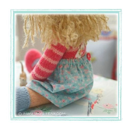 Modèle est disponible en ANGLAIS et en NÉERLANDAIS  Travaillé à plat sur 2 aiguilles à tricoter droites et sertis.  4 variantes d'une poupée de salon de thé original design.  Vous recevrez également un fichier PDF gratuit avec votre téléchargement de motif, y compris les instructions sur la façon de faire une chasuble simplement cousu comme une alternative à la version tricotée dans le modèle si vous souhaitez faire un pour votre poupée (très rapide et facile)  Il s'agit d'un patron pour…