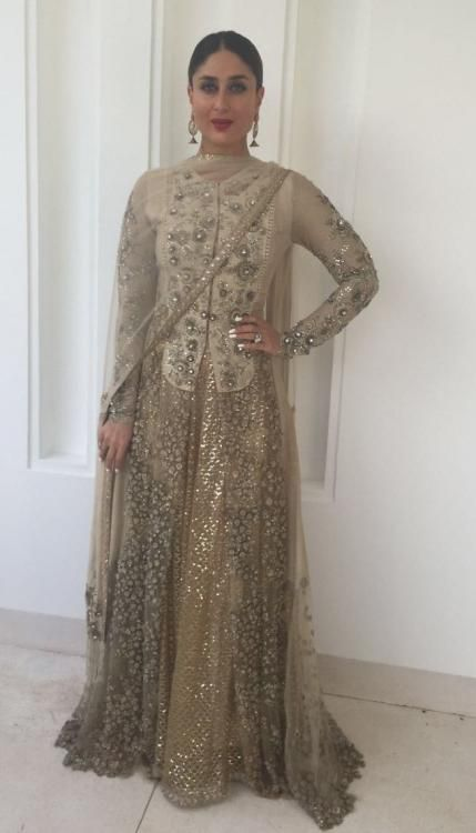 The Golden Girl! Kareena proves that she's a charmer and how! | PINKVILLA