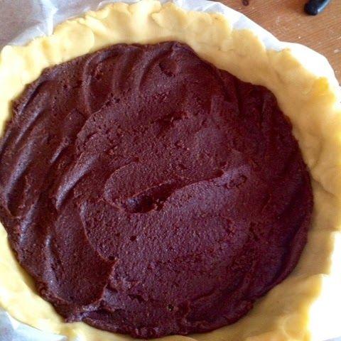 É da un pò che volevo postarvi questa crostata; visto che domenica prossima è la festa della mamma ho pensato che potesse essere una bella idea, è buona, facile e si può fare con largo anticipo ( anzi è consigliabile ); io la faccio di solito quando mi avanza del pan di spagna, biscotti rinsecchiti, un pezzo di torta al cioccolato o del plum cake...insomma una crostata di riciclo ma di una bontà unica; chi è delle mie parti o dell'interland campano sa di cosa parlo quando dico biscotto...