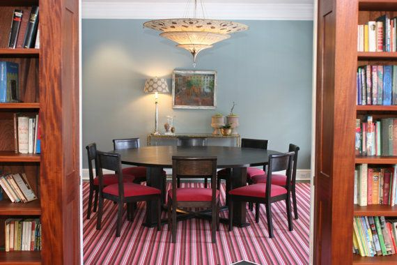 Cette superbe table sera certainement le point focal de votre salle à manger ! Quel plaisir de déguster un repas autour de cette table. À 86 de ronde, vous pouvez accueillir plus dune foule nombreuse et ont encore beaucoup de place sur le dessus de table chunky 1 1/2.    Montre Black Walnut avec tache débène et dhuile dabrasin avec nos fauteuils rembourrés Burr ferme. Il existe une colonne 4. La traverse a moitié assemblage à recouvrement en centre.    Taille et choix de bois peuvent être…