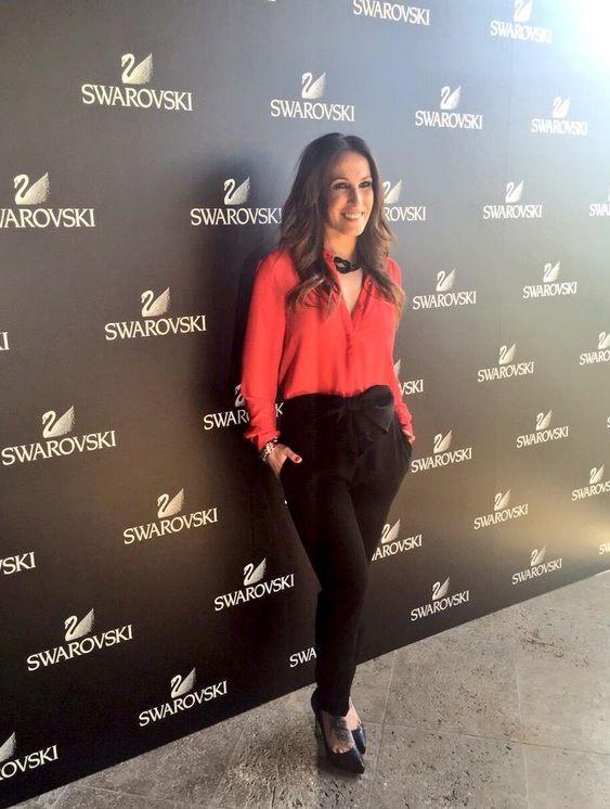 Malú con blusa roja y pantalón negro con detalle de Alicia Rueda