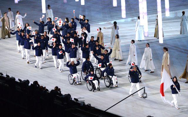 パラリンピック・ソチ大会の開会式で、旗手の太田渉子(右端)を先頭に入場行進する日本選手団=7日午後、ロシア・ソチ、白井伸洋撮影