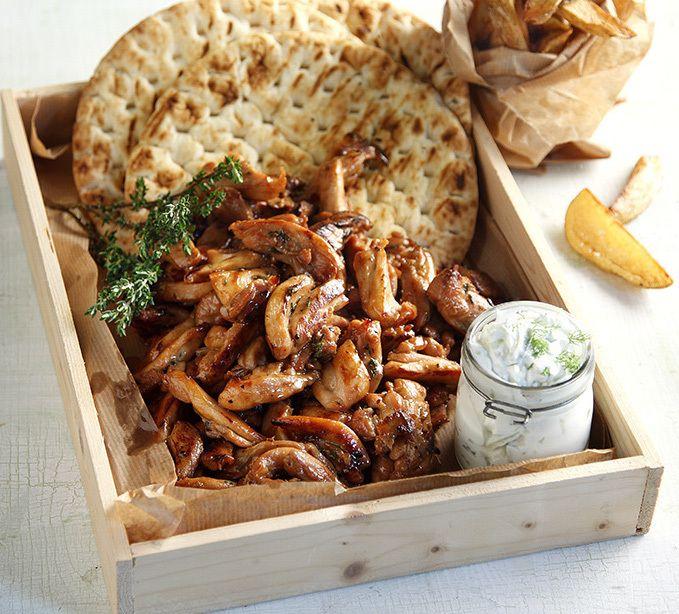 Photo credit: G. Drakopoulos   Βάζουμε το κοτόπουλο σε κομματάκια μέσαστην άλμη. Καλό θα ήταν να βάλουμε την άλμη και το κοτόπουλο σε μια σακούλα κλεισμένη καλά και ...