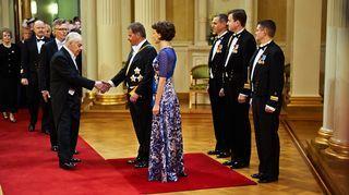 Tuomas Gerdt kättelee presidenttiparia.