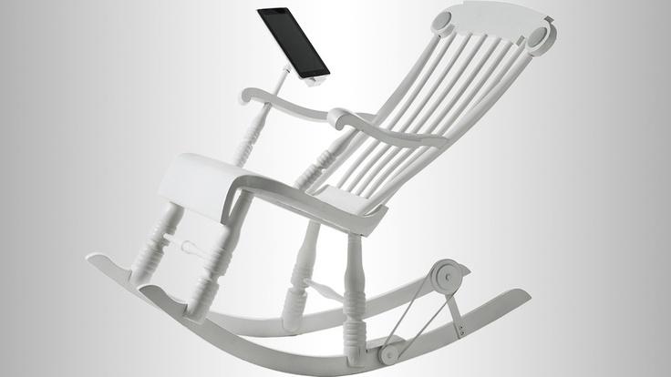 Ved å gynge på iRock skaper bestemor strøm til både den mobile enheten og de innebygde høyttalerne.