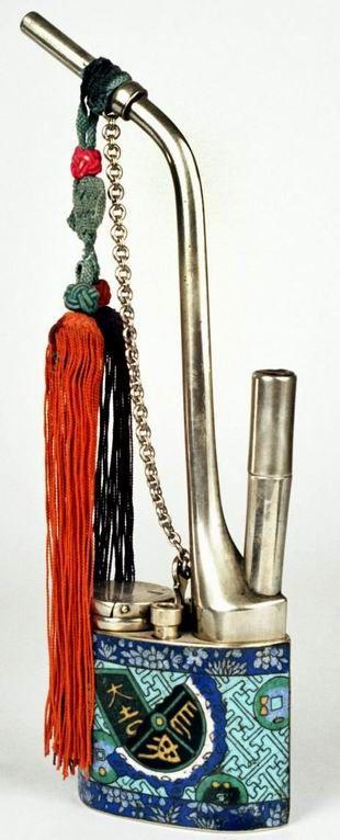 Pipe à eau en Paitung décor émaux cloisonnés(sapèques et dao) parfait état  H: 24.5cm largeur 7.5cm