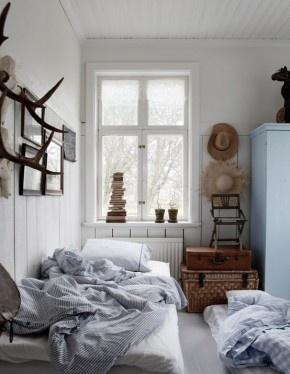 Mooie landelijke slaapkamer; kijk voor geweien, manden, koffers, oude bedden en brocante linnenkasten bij www.old-basics.nl