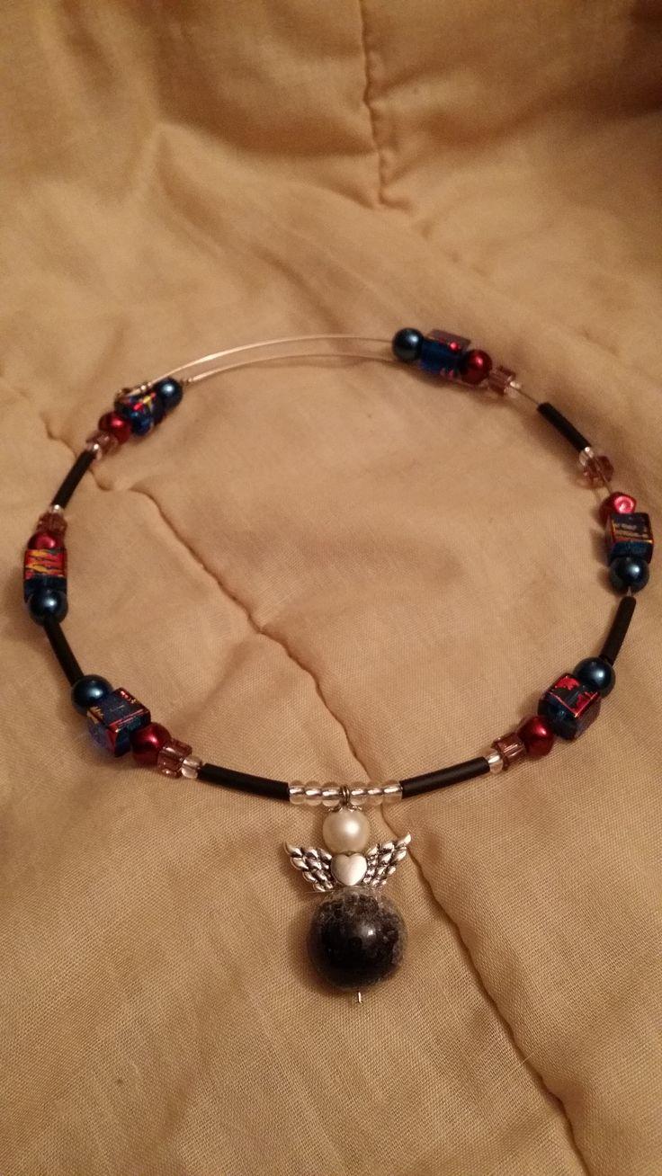 Halsband med memorywire med pärlor, både fyrkantiga och runda, en ängel som jag också gjort hänger i mitten Egen desig