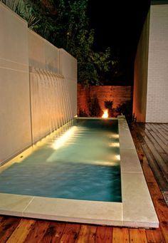 Fuente de piedra caliza y spa Una piscina de piedra caliza y de la pared de fuentes ofertas y solución impresionante para este lote cero propiedad línea, creando un escenario dramático para el entretenimiento al aire libre.