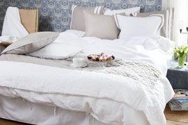 Calma Linnekollektion: Blåmönstrad tapet, vit/beige överkast och sängkläder