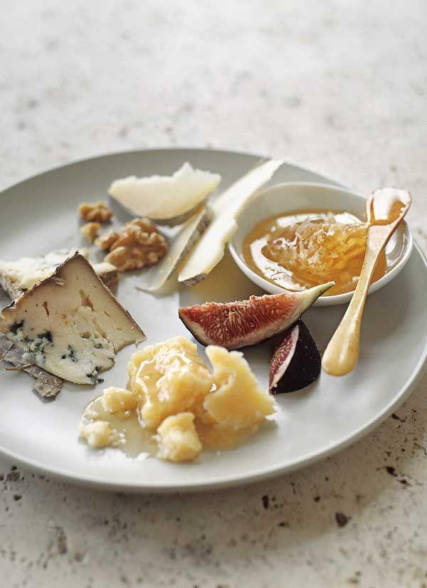 """先日""""とよみつひめ""""というイチジクとカマンベールチーズをクラッカーに盛り合わせて、白ワインと一緒に食べました^ ^ 美味しかった〜♪"""