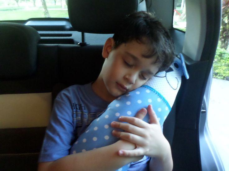 Protetor para cinto de segurança, ótimo para as crianças que adoram tirar um cochilo no carro...todo confeccionado com tecidos 100% de algodão e enchimento com espuma de silicone, facilitando na hora da lavagem.