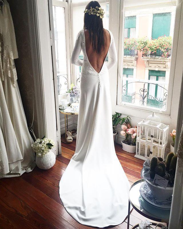 WEBSTA @ aliciaruedaatelier - E que se casó con R este pasado viernes, llego a mi con algunas ideas que pronto giramos para llegar a conseguir su vestido perfecto, su timidez y carácter reservado me encanto por que al ver el resultado su reacción fue aún más especial para mi ... #atelier #aliciarueda #weddingdress #bride #couture #martied #espaldadescubierta #noviaaliciarueda #noviaamedida #loveE #lovemywork el tocado @tocadosanitaribbon