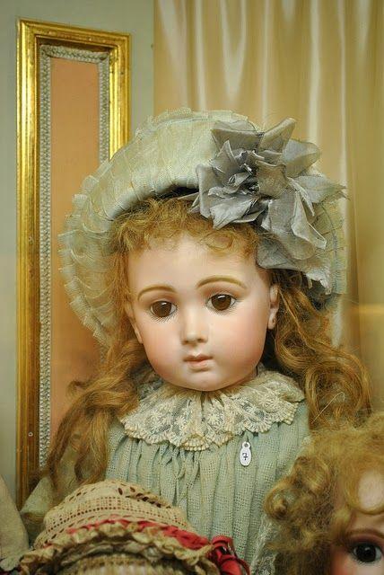 Antique French Bebe Triste/Sad/Long Face Jumeau Doll (Musée de la Poupée)