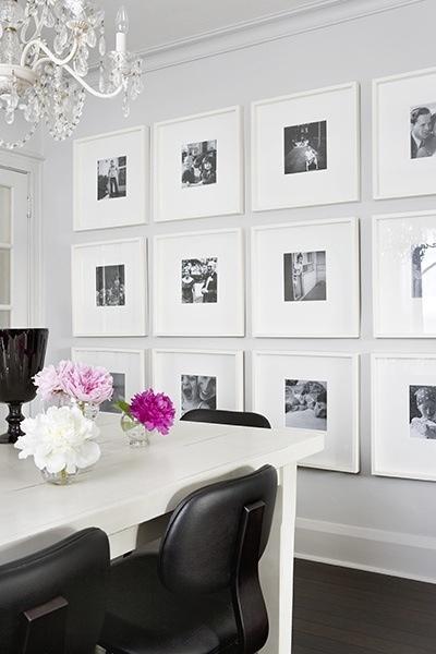 Las paredes blancas, decoradas con cuadros blancos y fotografías blanck and white, es la mejor manera de dar un aspecto moderno y limpio al salón-comedor