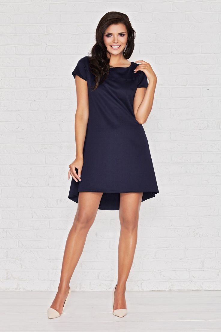 To zdecydowanie jeden z naszych Bestseller`ów :) Asymetryczna sukienka z krótkim rękawem. Dłuższa z tyłu, taliowana. Ładnie układa się na sylwetce. Długość midi. Wykonana z wysokiej jakości, miłego w dotyku materiału. Z tyłu posiada efektowną, ozdobną kontrafałdę. Świetnie nadaje się na wyjścia okolicznościowe. Dostępna w trzech wariantach kolorystycznych.