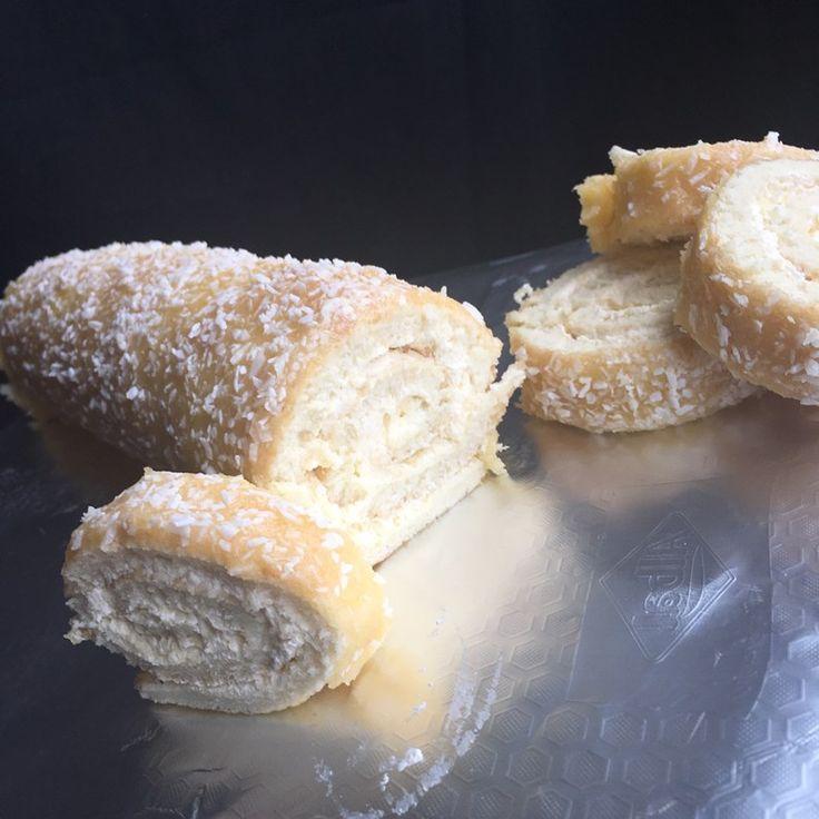 Till smörkrämen: 100 g smör eller margarin 2 dl florsocker 2 tsk vaniljsocker 1 äggula Till botten: 3 ägg 1,5 dl strösocker 2 dl vetemjöl 0,5 dl mjölk eller vat