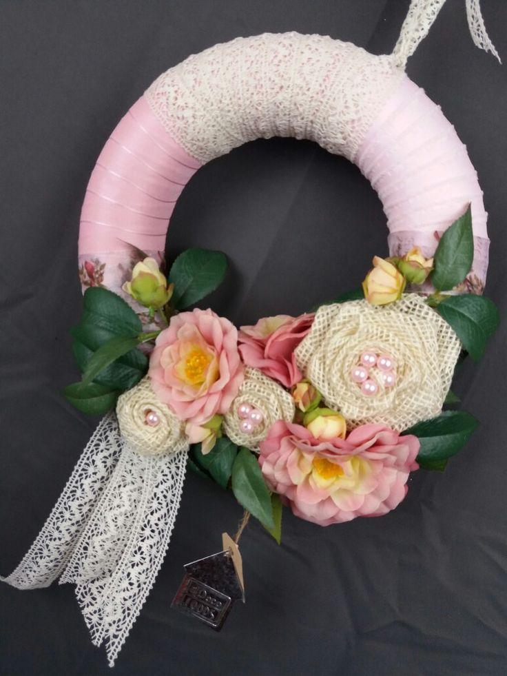 Brocante krans omwikkeld met kant en jute rozen met camelia