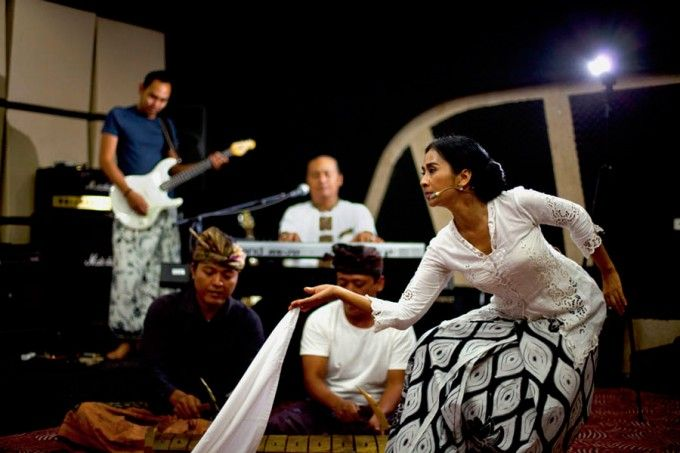 Balinese singer/songwriter Ayu Lamksm in performance with members of her Svara Semesta band of musicians. Svara Semesta: Refleksi Kehidupan Ayu Laksmi #music #musik